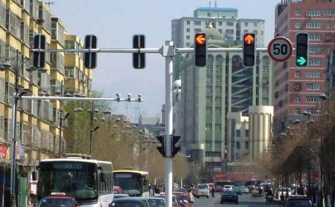 承德市双桥区紫塞桃园小区附近装上了红绿灯