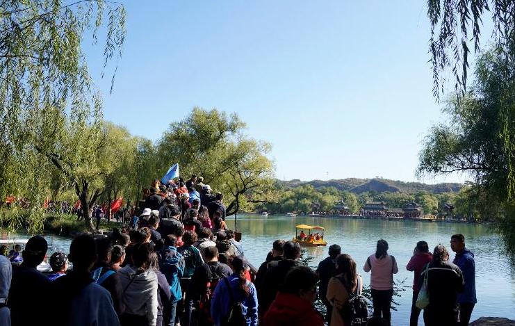 国庆假期不少游客来到河北承德避暑山庄